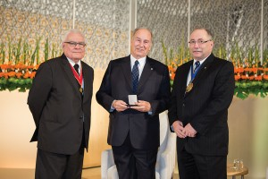 His Highness the Aga Khan, recipient of the 2013 Royal Architectural Institute of Canada Gold Medal, with 2010 Gold Medal recipient George Baird (left) and RAIC President Paul Frank (right). AKDN/Farhez Rayani
