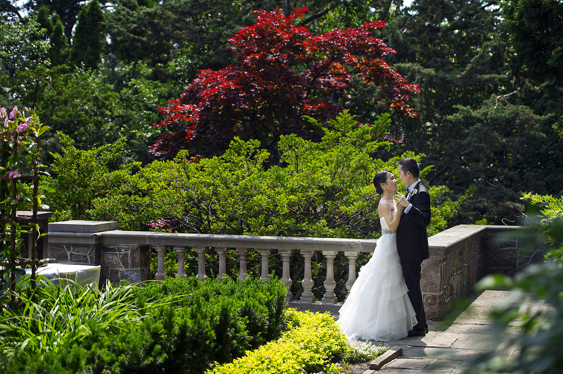 describe an wedding hall From enchanting ceremony backdrops to luxe reception décor to lighting tricks  and more, here's how to bring your wedding-day vision to life.