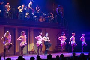 Luc Guérin et ses danseuses et l'orchestre en haut Photo Sebastien Larrivée