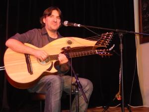 Claude Laflamme avec sa harpe-guitare de 20 cordes