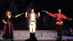 Olivia Barnes (Ruth), Sebastien Comtois (Frederic) et Aaron Meredith (Pirate King)