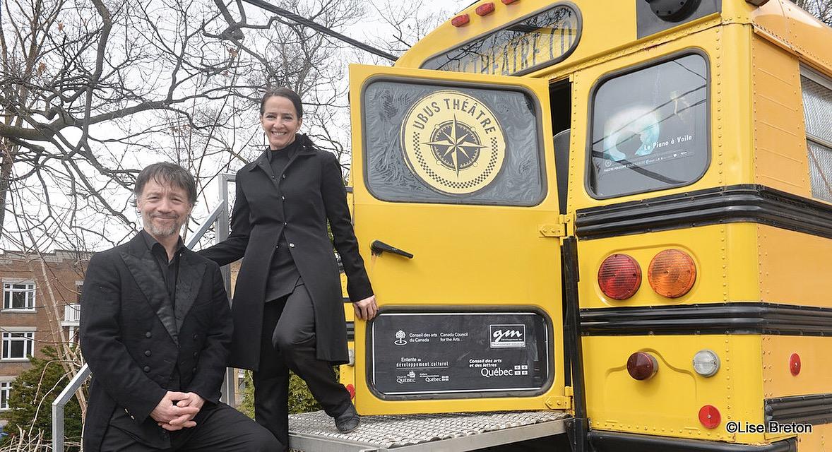 Eric Leblanc et Agnes Z acharie à l'entrée du Bus Scolaire de UBUS THÉÂTRE Photo Lise Breton