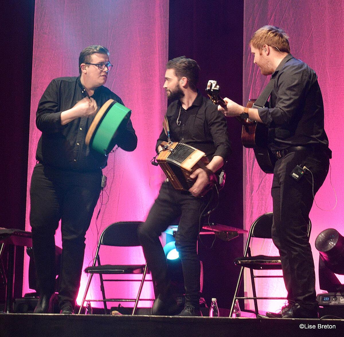 Trois des cinq musiciens; un des numéros qui a fait réagir.