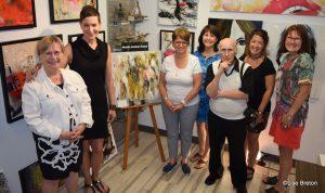 Mireille et Esther en compagnie de quelques artistes permanents de la Galerie ZEN Photo @Lise Breton