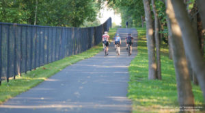piste cyclable avec cyclistes