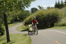 cycliste avec une remorque dans la piste cyclable