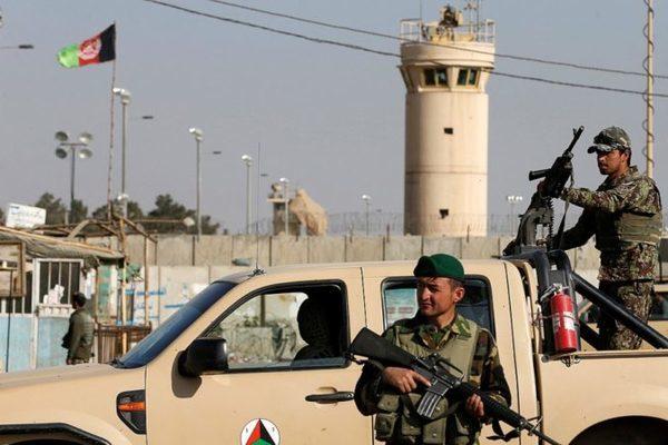 soldats-afghans-montent-garde-exterieur