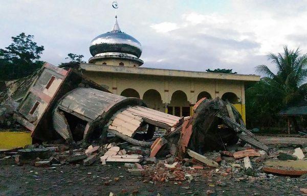 648x415_minaret-effondre-mosquee-pidie-province-aceh-indonesie-apres-tremblement-terre-7-decembre-2016