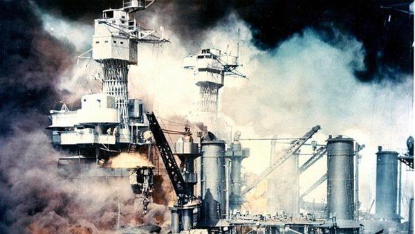 le-cuirasse-uss-west-virginia-en-flammes-apres-l-attaque-surprise-du-japon-sur-pearl-harbor-a-hawai-le-7-decembre-1941