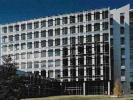 The articulated curtain wall accommodates operable window units