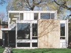 THE ELEMENTAL MATERIAL PALETTE OF STEEL, GLASS AND WOOD CONSTITUTES A SOBER AND THOUGHTFUL FRONT FACADE WHERE THE LIVING AND SLEEPING VOLUMES REMAIN CLEARLY DISTINGUISHABLE
