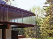 Structural glass channels form the upper clerestory of the guest house.