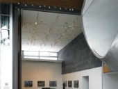 The sinuous roof form fluidly continues into the high-ceilinged gallery spaces. Robert Lemermeyer