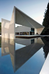 The light colour of the concrete is respectful of the existing Modernist buildings. Nic Lehoux