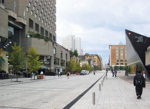 Along rue Ste-Catherine, Daoust Lestage levelled the sidewalks and roadway to encourage pedestrian flow. Removable bollards are installed when the street is open to vehicular traffic.