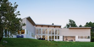 On its beach side, the house expands to an open, airy volume.