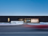 The local library and city hall are paired in this project for La Malbaie, overlooking the St. Lawrence River. The project was completed in consortium with Bisson and Desgagn architectes. Stphane Groleau