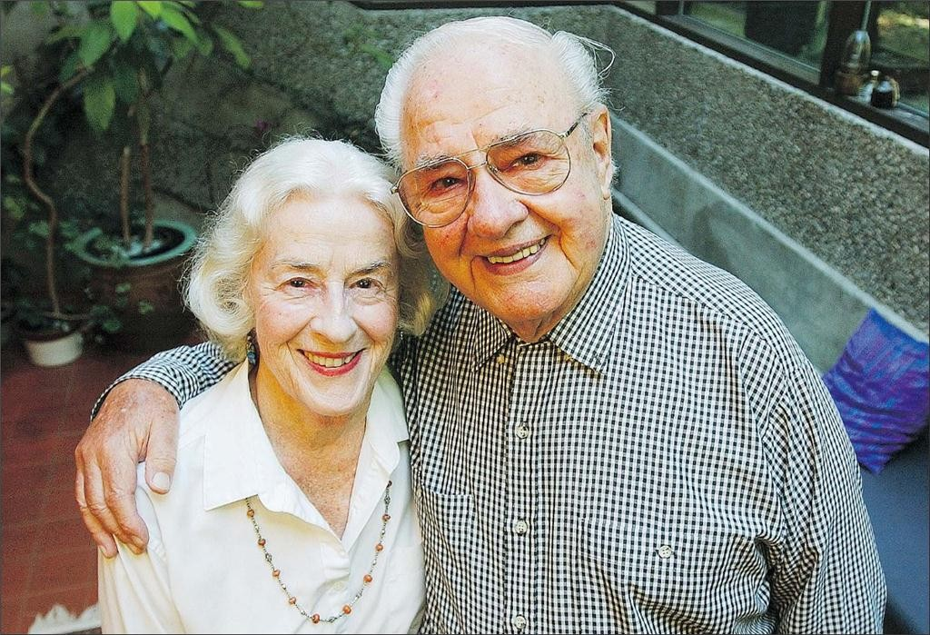 fred hollingsworth, right, and wife phyllis hollingsworth in 2005. she still lives in the home that he designed for them in 1946. photograph by ian smith, vancouver sun files, vancouver sun.