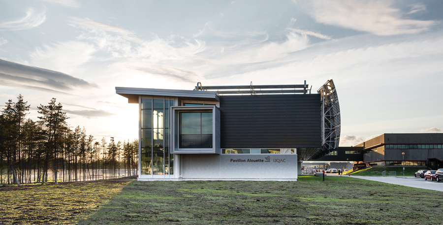 The university building showcases aluminum in many forms, including innovative solar collectors on the roof that contribute to both heating and cooling needs. Photo by Optik 360.