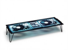 The rectangular occasional table Xraydio 2 Disc is therefore made by printing the X-ray of a DJ console on glass and using the colours of the night with shades from electric blue to black.