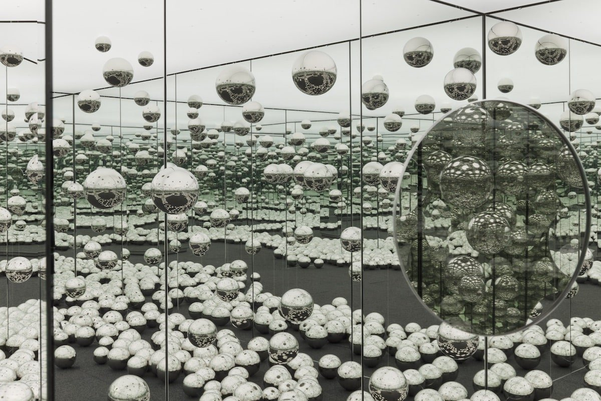 INFINITY MIRRORED ROOM - LET'S SURVIVE FOREVE. Image via AGO.