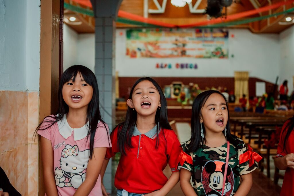 3 little girls sing for the camera
