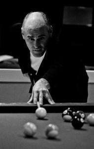 Robert Fournier jouant au billard