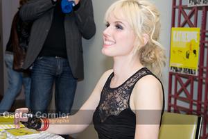 Katherine signe des autographes