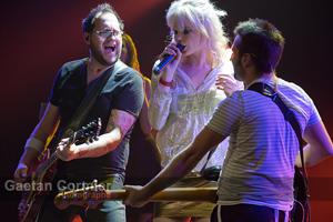 Katherine et deux de ses musiciens
