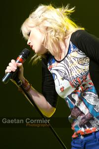 Katherine St-Laurent chante