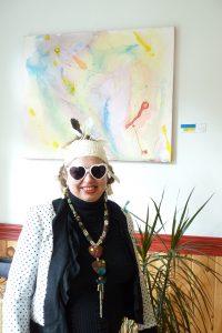 Maj, au vernissage de ses toiles à l'Auberge Amerik