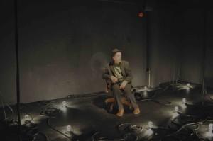Roch Aubert dans un décor de Martin Sirois © Théâtre de Fortune