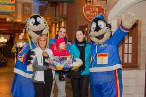 les gagnants (Vincent Mercier, Geneviève Morin et Sydney Morin) sont accompagnés (à gauche) par la vice-présidente ventes & marketing au VVV, Mme Ginette Robert et par les mascottes, Loulou et Louloutre.