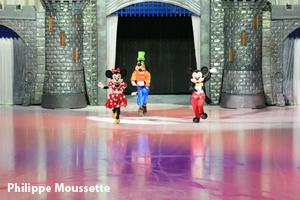 Minnie, Dingo, Mickey devant leur château