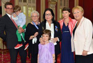 Nana Mouskouri entourée de sa famille et Pauline Marois