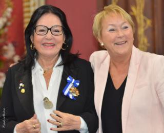 Madame Nana Mouskouri et son insigne d'officière de l'Ordre national du Québec et madame la Première Ministre Pauline Marois
