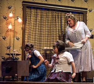 De gauche à droite: Tanya Brideau (Penny), Vanessa Duchel (Tracy) et Louis Champagne (Edna)