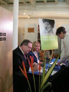 Dominique Michel et Guy Berthiaume signant la convention de dépôt d'archives