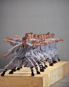 Sutra © Hugo Glendinning. Interprètes moines du temple Shaolin.