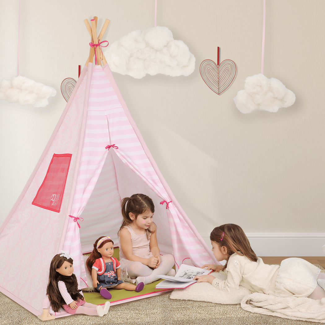 Kids playing in Suite Teepee with dolls
