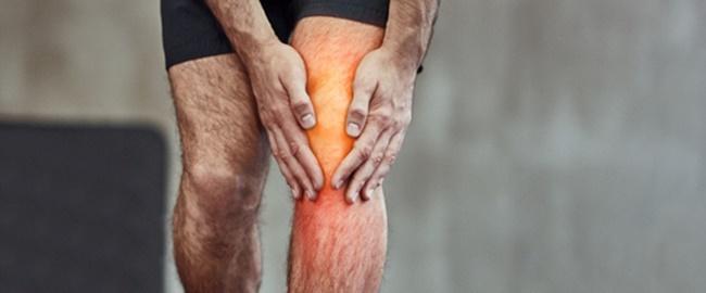 man holding knee pain