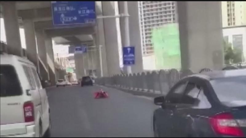 MUST SEE: Man in rollerskate suit dodges traffic