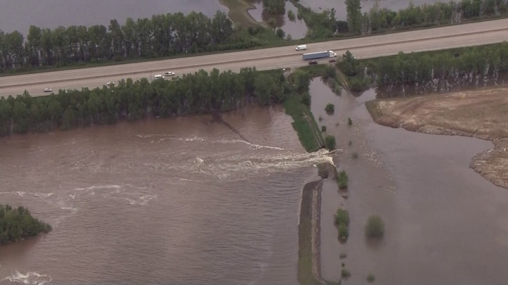 Levee near St  Charles, Missouri, gives way - WGEM