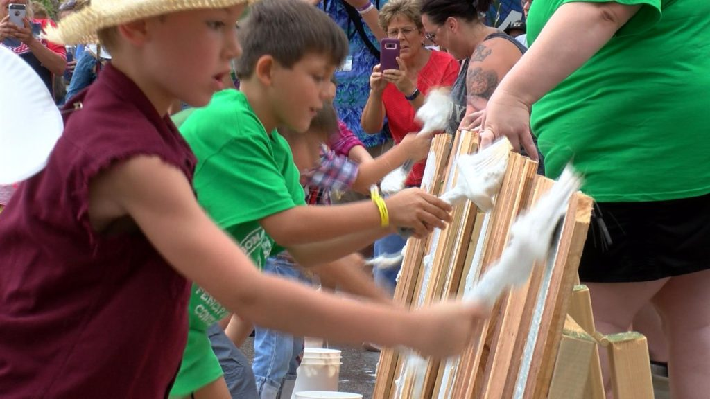 Fence painting draws big crowd in Hannibal