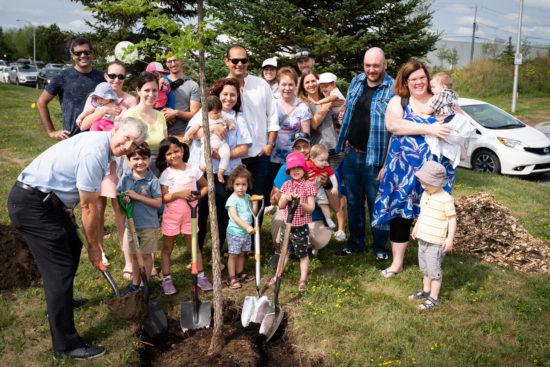 gens qui plantent un arbre