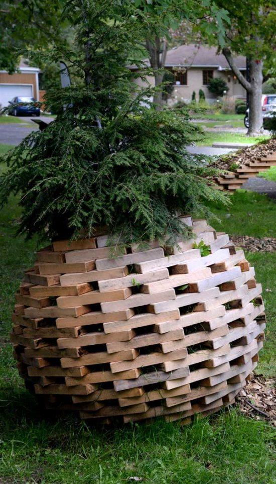 sapin dans une boule en bois