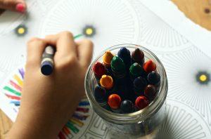 enfant qui fait du coloriage