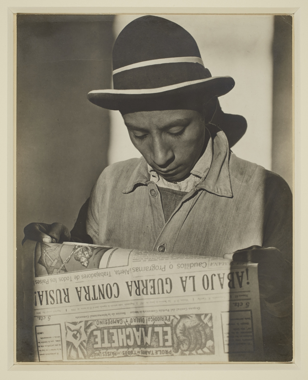 Tina Modotti, El Machete, 1926. Gelatin silver print, Sheet: 23.8 × 18.8 cm. Gift of Harry and Ann Malcolmson, 2015 © Art Gallery of Ontario 2015/248. AGO.114618.