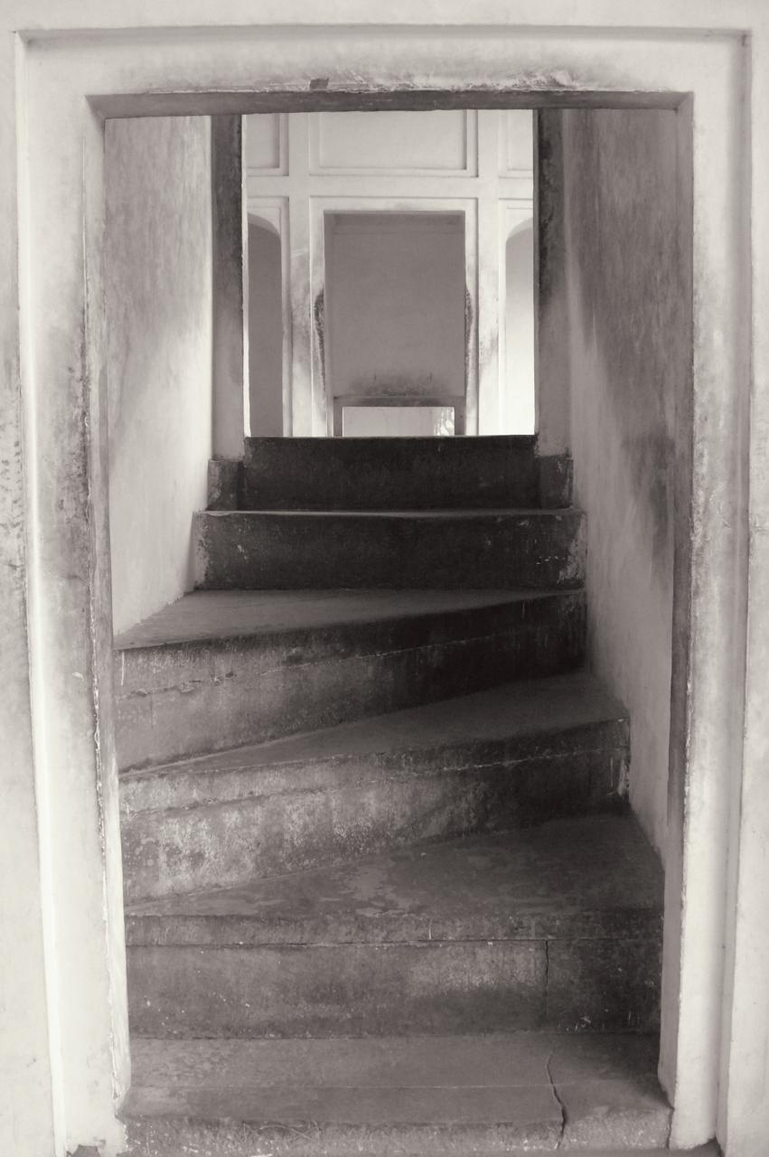 Anthea Baxter-Page, Temple, Varanasi, 2012. Archival digital print, 30 x 24.
