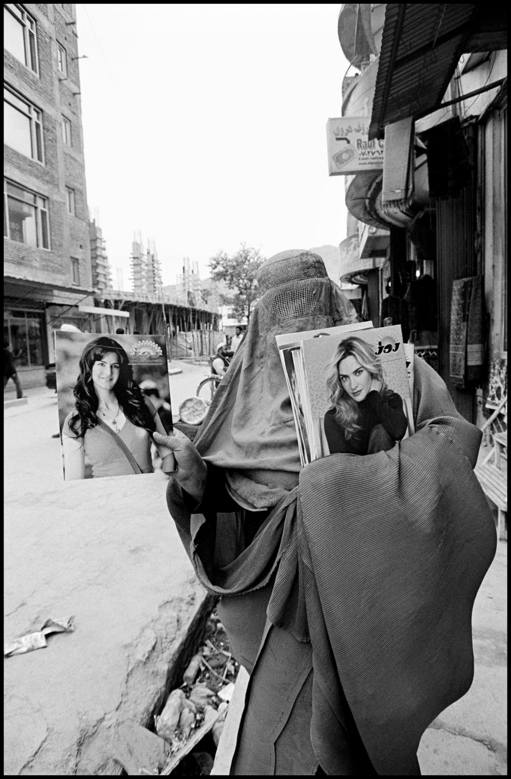Larry Towell, Woman selling glamour magazines. Kabul, Afghanistan, 2010 © Larry Towell/Magnum Photos